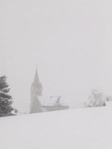 Eglise sous la tempête de neige