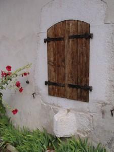 Fenêtre et goulotte en pierre