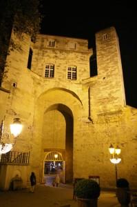 Porte et candélabres