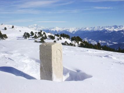 Borne frontière France-Savoie au col de l'Alpe