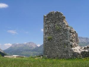 Ruines du château sur fond de Mont Granier