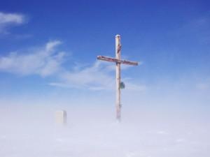 Croix dans le blizzard