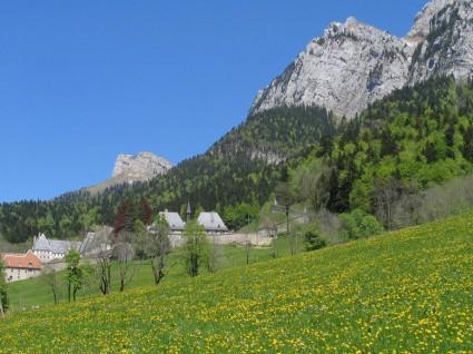 Le monastère, blotti sous le Grand Som