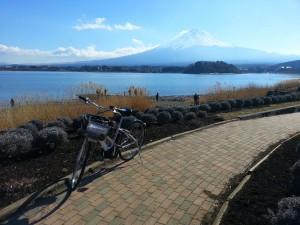 Allée en bord de lac et Fuji san