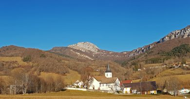 Village de Mont-Saint-Martin, sous les Rochers de l'Eglise et de Chalves